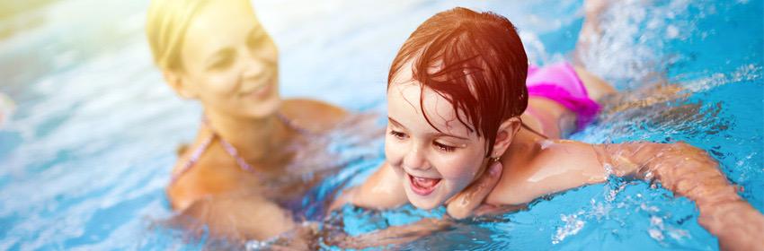 Kind leren zwemmen